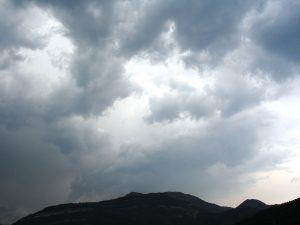 La humitat procedent del Mediterrani afavoreix la formació de grans núvols al Pirineu oriental / Campdevànol / Autor: Jordi Sacasas