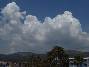 Desenvolupament de cúmuls estivals al massís de Garraf / Castelldefels / Autor: Jordi Sacasas