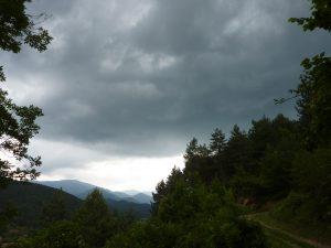 Cel negre i intimidant a muntanya, presagi de tempesta / Ripoll / Autor: Jordi Sacasas
